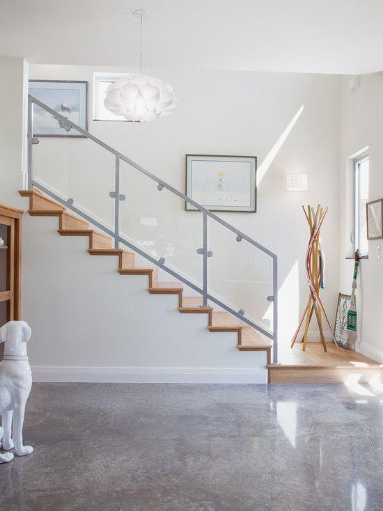 Piso de cimento queimado e escada em madeira