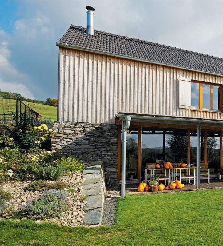 Pohodlný moderní dům s dvojgaráží.