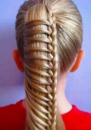 ¿Te gusta trenzar el cabello? Aqui va una idea de colita de caballo con trenza integrada. Adorna con un moño Marimora: http://marimora.com/monios/monio-grande-liston.html