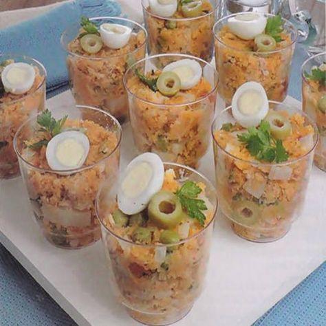 Ingredientes  2 colheres (sopa) de azeite 1 cebola picada 2 dentes de alho picados 1 tomate picado 1 colher (sopa) de extrato de tomate 1...