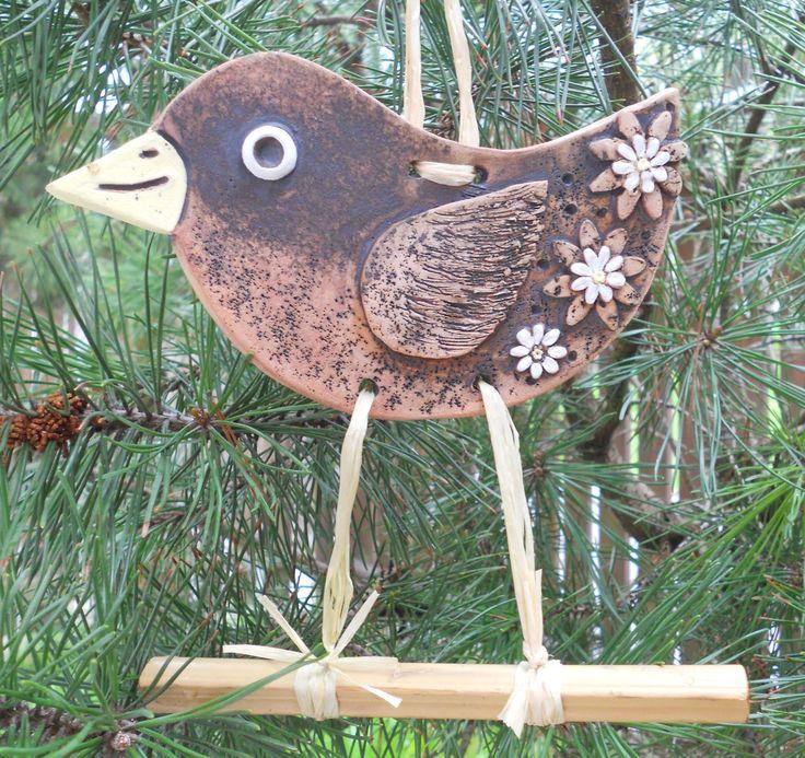 Kuk, ještě jsem tu... Keramický ptáček na bidýlku, patinovaný burelem, malovaný engobami, nožky z lýka. Hodí se na zahradu nebo do pergoly. Výška ptáčka včetně noh je 15 cm.