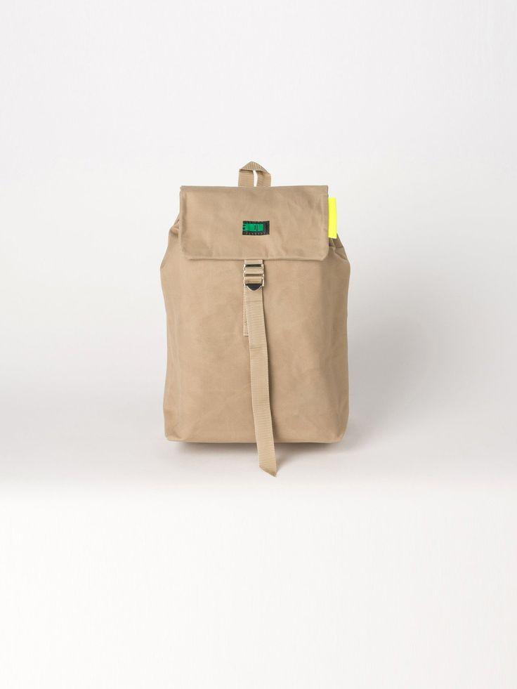 「no concept」がコンセプトのブランド、301(サンマルイチ)のキャンバスバックパックです。生地はパラフィン加工のキャンバスを使用しているので防水効果があります。シンプルな作りですがゴワゴワとした素朴な生地感で独特な感じのバックパックです。サイズは小さめですがA4サイズの書類、雑誌なども入る大きさです。かぶせ部分の裏側にジップ付きポケットと中にポケットが1つ付いています。シンプルなシルエットなので、カジュアルにもキレイめなコーディネートにもおすすめです。こちらのカラーはサンド。サイズ幅:約25cm 高さ:約38cm 奥行き:約9.5cm 素材 綿100%(パラフィン樹脂防水)原産地 日本