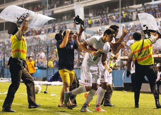 Sao Paulo's Ganso and Souza leave the pitch after a game away to Emelec
