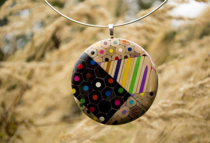 Чешский дизайнер Анна Курлежова (Anna Čurlejová) создает украшения ручной работы из остатков цветных карандашей.
