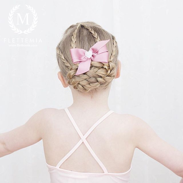 """Emmas frisyre til dansing tidligere i uka: treerfletter og flette knute  Nydelig sløyfe fra @marledesign.no / Emma's hair for dance class earlier this week: three strand braids and braided bun  Beautiful bow from #marledesign"" Photo taken by @flettemia on Instagram, pinned via the InstaPin iOS App! http://www.instapinapp.com (03/31/2016)"