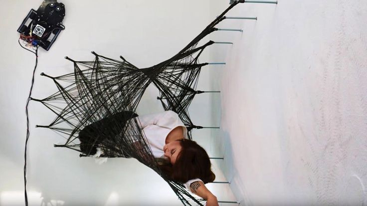 Muurrobots spinnen hangmat van koolstofvezel
