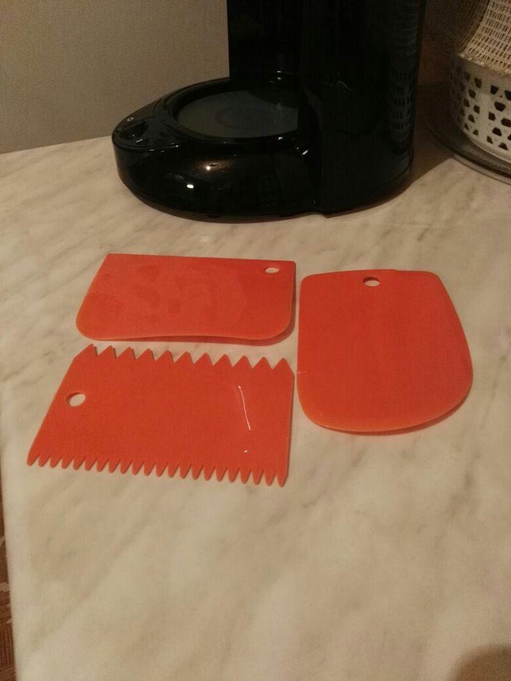 Пластиковые ножи для оформления торта.
