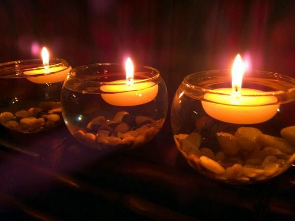 Cómo hacer velas flotantes. Seguro que ya has visto más de una vez una casa decorada con velas flotantes y es que este elemento decorativo está más de moda que nunca. Se suelen poner como centros de mesa para decorar un evento e...