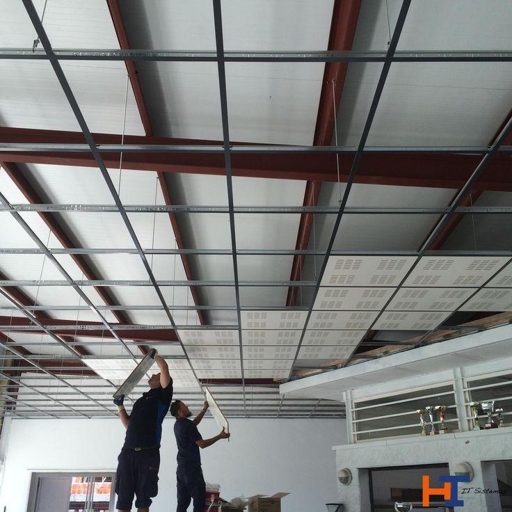 Dos de nuestros operarios llevando a cabo el montaje de - Falso techo registrable ...