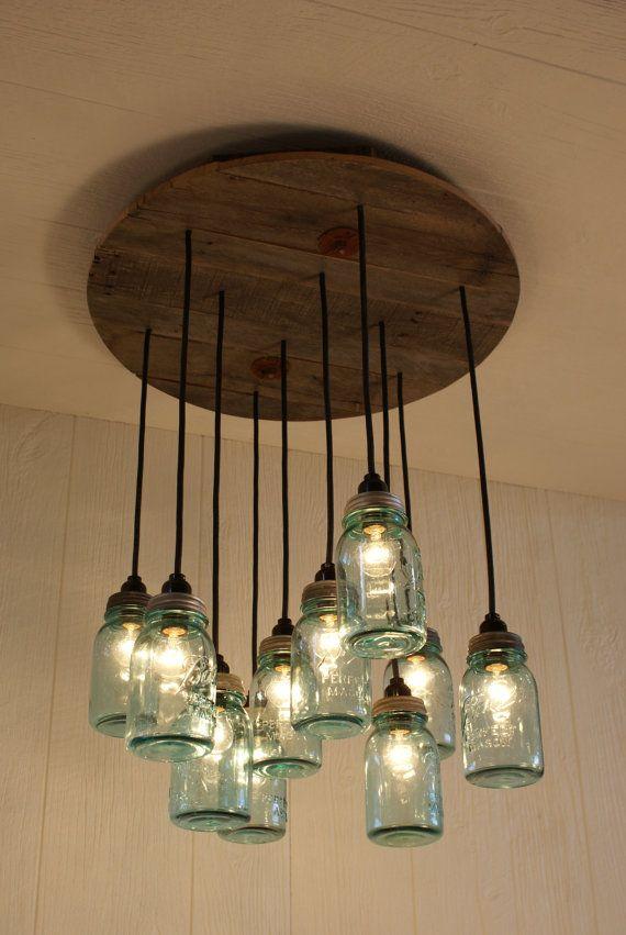 Lámpara candelabro de frascos antiguos y madera reciclada
