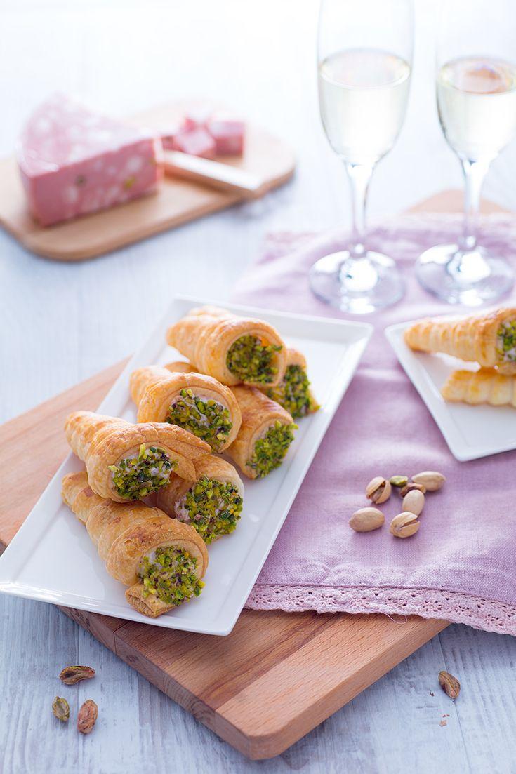 Questi #conetti salati con #mousse di #mortadella (puff pastry cones with mortadella mousse) sono una leccornia adatta a qualsiasi momento della giornata: uno #spuntino, un #aperitivo, un #secondo alternativo, una #merenda che dia la carica! I conetti in semplice #pastasfoglia sono croccanti e leggeri, si sposano benissimo con la mortadella e con il tocco finale: #granella di #pistacchio! #ricetta #GialloZafferano #NuoviVolti #quick Giovanni