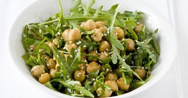 Insalata di ceci e rucola con salsa di quartirolo e semi di sesamo. tempo di preparazione di 15 minuti.
