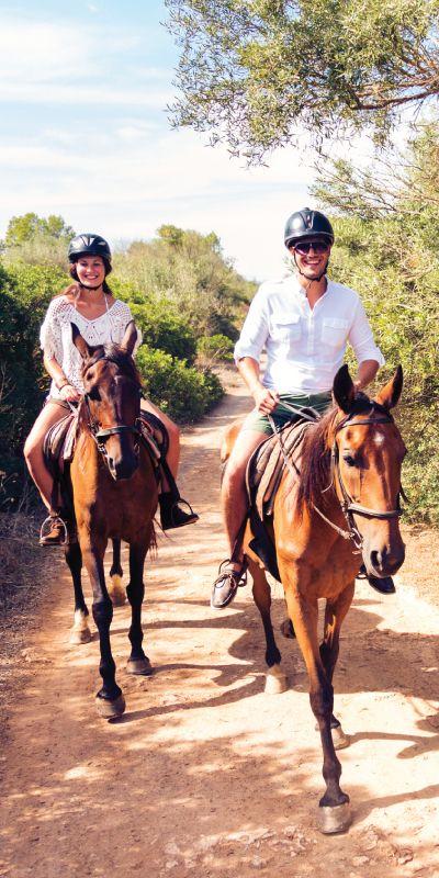 Vil du gi bort en gave som huskes? Ridetur for to er en minneverdig gave til to der man får oppleve vakker, norsk natur fra hesteryggen sammen.