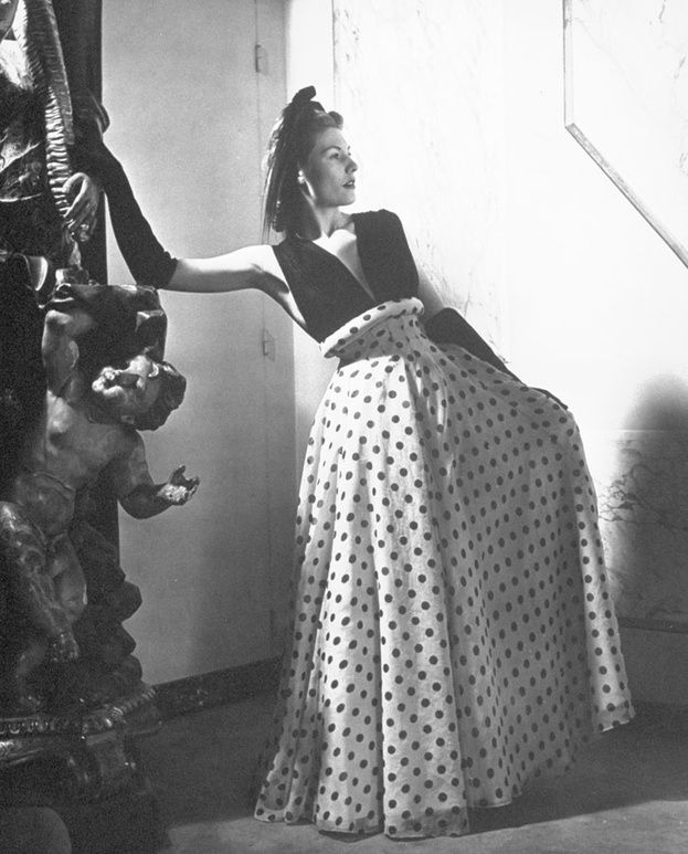 Rochas Pictures     Un mannequin portant une robe dessinée par Marcel Rochas en 1951