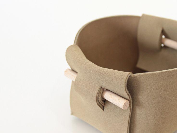 Design mobilier et produit - Fabrication sur mesure - Auto-édition - Boutique en ligne (Rennes - Vitré - Nantes - Angers)     Corbeille cuir AHKA