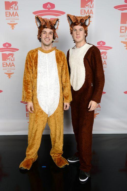 Bard Ylvisaker y Vegard Ylvisaker de Ylvis, autores del éxito 'What does the fox say?' en la alfombra roja de los MTV Europe Music Awards 2013.