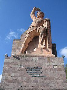 El 4 de Julio, 1821 es el día de independencia para el estado de Guanajuato.  ¿Recuerdas el grito de Dolores?  Miguel Hidalgo ayudó a ganar la independencia, y Dolores es un pueblo in Guanajuato.  Este foto muestra una estatua del héroe local que se llama el Pípila.  El Pípila fue un minero muy pobre que tuve un gran parte en el batallo.