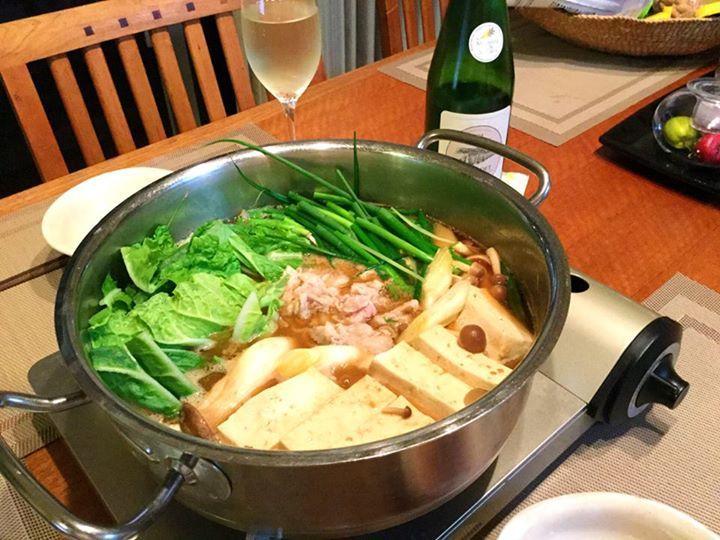 ☆共和AMELグルメ☆ 〈おいしい!かんたん!豚しゃぶ鍋〉  今日は、これから寒くなる季節に ピッタリ豚しゃぶ鍋をご紹介します。  冷蔵庫に入っている野菜やキノコ、豆腐と しゃぶしゃぶ用豚肉(200g)でOK! 昆布だしのおつゆに野菜やキノコを入れて しばらく煮た後は適量の豚肉をつまんで しゃぶしゃぶするだけ! 所要時間約10分。  おいしい!かんたん!豚しゃぶ鍋の完成です! 以外と白ワインに合います♫ 写真は2人前、めちゃ旨ですよ^o^ 仕上げはうどん、ご飯でぞうすいもOK!  #鍋 #料理 #しゃぶしゃぶ  [共和薬品工業ホームページ] http://www.kyowayakuhin.co.jp/