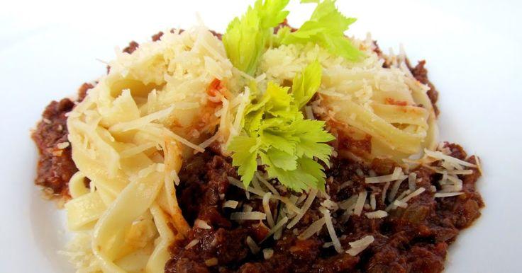 Ragù bolognese - boloňsk á  omáčka s těstovinami t agliatelle              500 g hovězího masa (zadní nebo libové přední)  100 g pancetty  1...