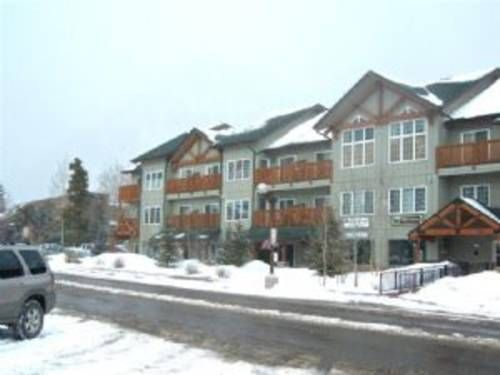 Main Street Commons #306 Frisco (Colorado) Situated in Frisco, this apartment features a balcony with mountain views. The apartment is a few steps from Frisco Historic Park.  The kitchen features a dishwasher and a microwave. Towels and bed linen are offered at Main Street Commons #306.