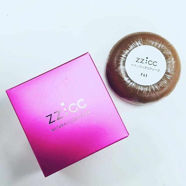 """《編集部PICK UPコスメ:ジージー・シーシーの洗顔石鹸》  うつくしいお肌作りの基本は、まず""""洗顔の質""""を上げること! ZZ:CC(ジージー・シーシー)のナチュラルクリアソープ(洗顔石鹸)は、肌の潤いを守りながら、古い角質やメイク汚れをきちんと落としてくれます。その後の化粧水や美容液でのケアを、より効果的にしてくれますよ^^ 美人度があがりそうなピンクのパッケージは、思わず何箱もストックしたくなっちゃう♪  #洗顔 #石鹸  #洗顔石鹸 #ソープ #おすすめ化粧品 #おすすめコスメ #愛用コスメ #ジャケ買い #ジージーシーシー #ZZCC #保湿 #保湿ケア #スキンケア #コスメニスト"""