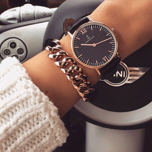 Traje de Fiesta #1: Es un reloj y una pulsera de cadena. El reloj es negro y la…