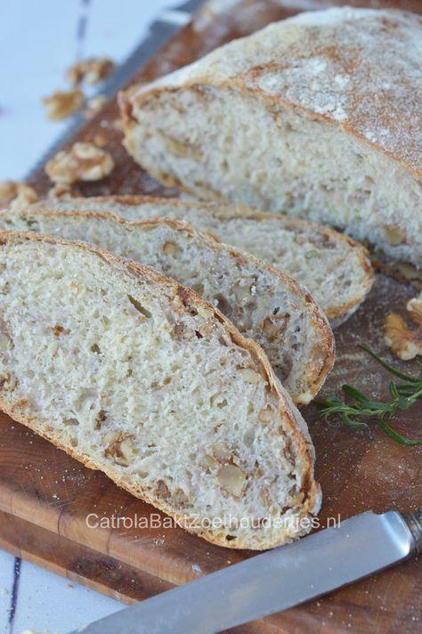 No knead bread met rozemarijn, walnoten en semolina. Meer over brood zonder kneden vind je bij de link. No knead bread with rosemary, walnuts and semolina