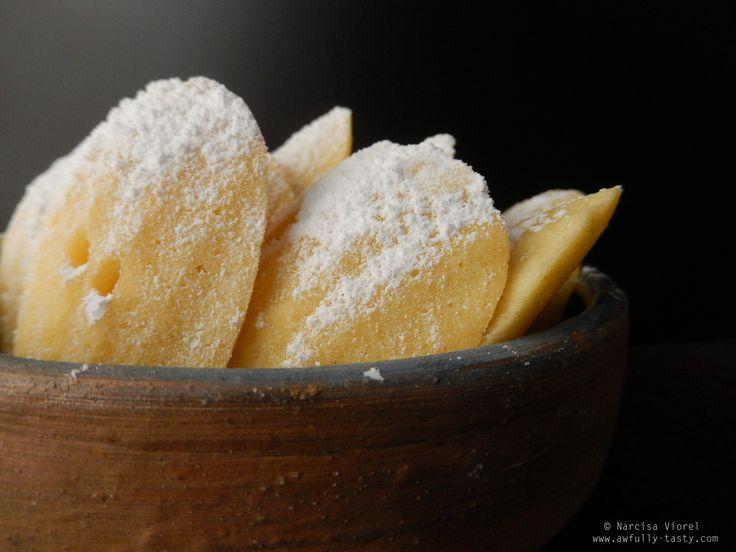 Madeleines cu ricotta si lime.  Lime ricotta madeleines.