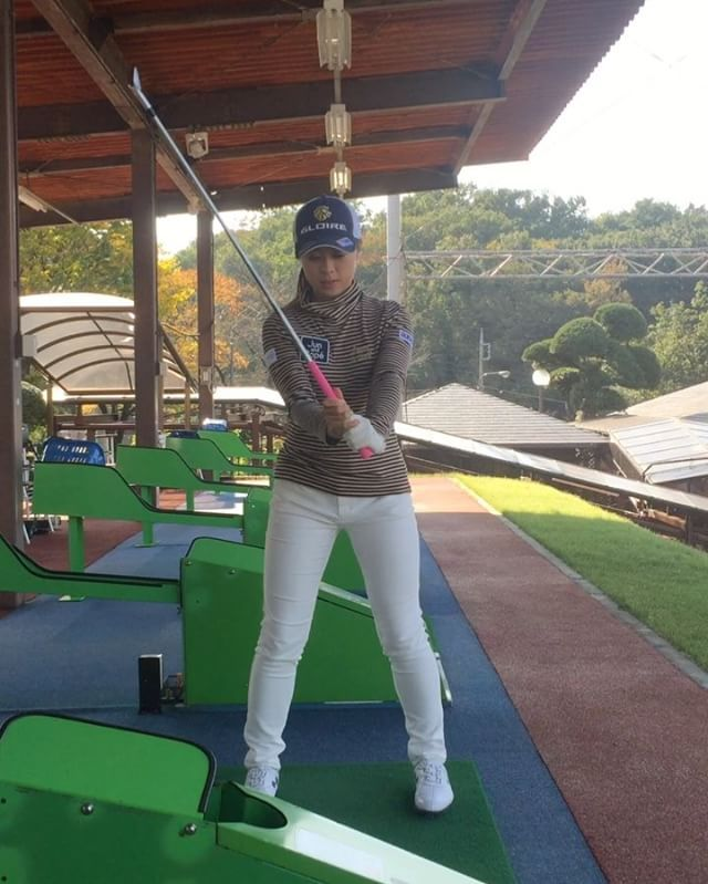 最近風が強いですな〜 みなさんゴルフ楽しんでますか〜(๑˃̵ᴗ˂̵)⁉️ ラウンド行ってますか〜??⛳️ #今日の勝負ウェア#ゴルフ#golf #ゴルフウェア#ゴルフコーデ#golfwear #ジュンアンドロペ#ジュンロペ#junandrope #ゴルフ女子#女子ゴルフ#女子プロゴルファー #秋#autumn