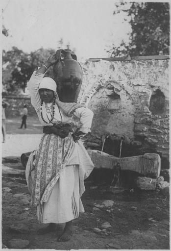 Grèce ; Macédoine centrale ; Thessalonique ; Agios Vasilios Populations civiles dans la région de Salonique (juillet-août 1918). Jeune femme