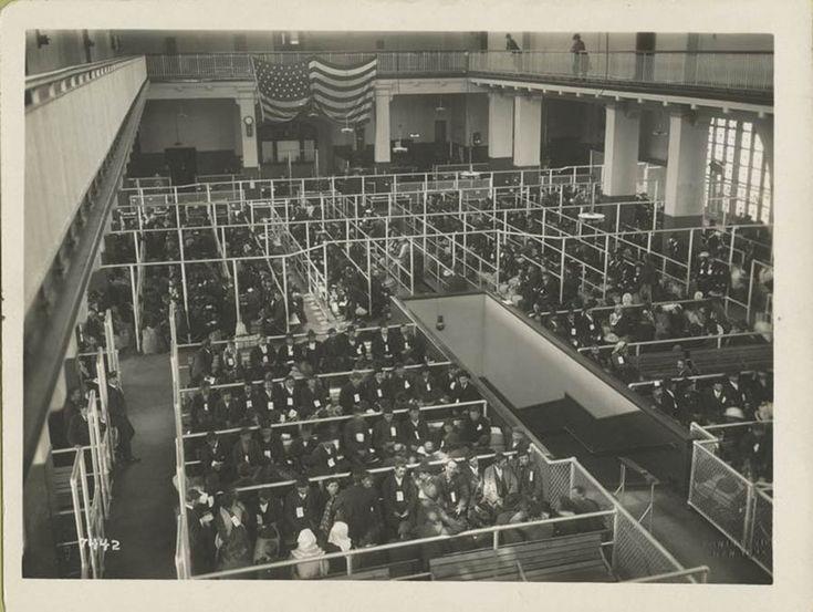 La Biblioteca Pública de Nueva York, ha publicado en su cuenta de Flickr una serie de fascinantes retratos de inmigrantes que llegaron a los Estados Unidos en la década de 1900. Esta increíble colección fue capturada entre 1902 y 1914 por el fotógrafo aficionado Augustus Sherman, quien además, era el Secretario Principal del Registro en la Isla Ellis.
