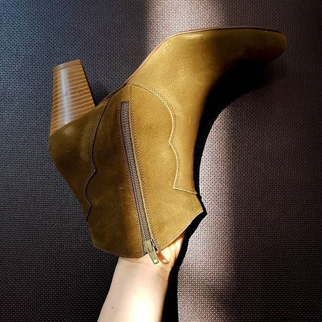Head into new year with fresh new pair of #lagarçonneshoes  #newyearoldlove #shoes #sale #stieffel #stieffeletten #boots #shoesonsale #lagarconneshoes #rayoflight #shoedesign #suisse #switzerland #2018 #newshoes