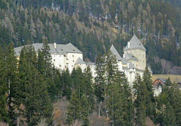 Austria: Zamek Moosham Moosham wielokrotnie był tematem programów o pogromcach duchów i zapracował sobie na opinię najbardziej nawiedzonej rezydencji w Austrii, co usilnie potwierdzają niektórzy turyści. Rezydencja zyskała sobie miano Zamku Czarownic, choć łączono z nią jeszcze historie na temat wilkołaków.