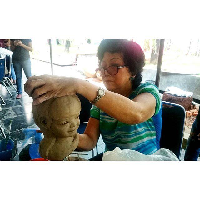 Demo pembuatan Patung dari tanah liat oleh Ibu Silayana… by @pamerankeramik.id - Square Pics