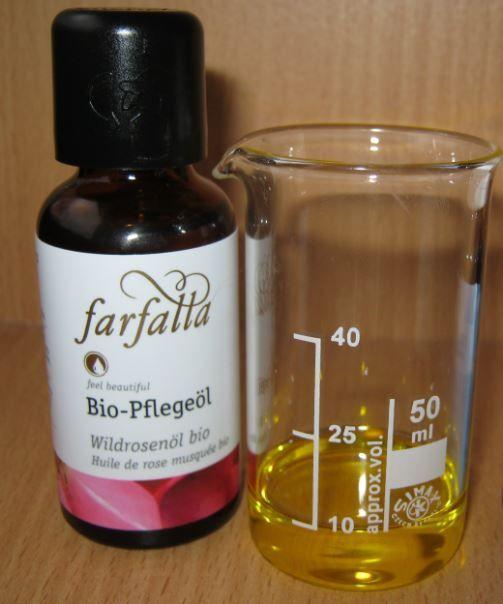 Maak je eigen natuurlijke anti rimpel oogcreme met rozenbottelolie, jojobaolie, bijenwas en etherische olie.