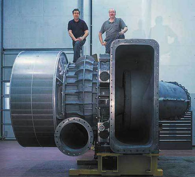 This image shows a TPL 91, a turbocharger that you might see on a large, ocean-going vessel or a diesel power station.
