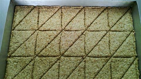 1 1/2 φλ. μέλι 2 φλ. σουσάμι λίγο σπορέλαιο Συνταγές με άρωμα και γεύση για μικρά και μεγάλα παιδιά !! Εκτέλεση συνταγής Καβουρδίζουμε το σουσάμι σε μέτριο φούρνο για 5 με 10 λεπτά και στη σ...