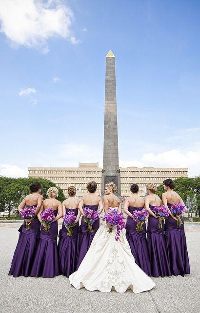 Hermosas Damas de Honor en color Morado, ramos mismo color. Destacan en mismo estilo todas.