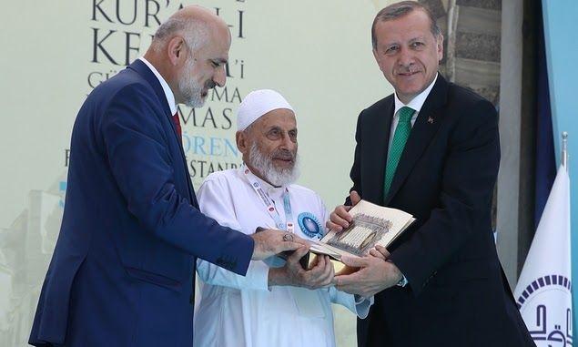 Erdogan Berikan Penghargaan Kepada Ulama Suriah Guru Besar Qari' Qur'an