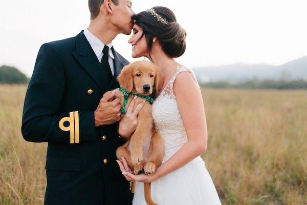 Noivo e Noiva em sessão de fotos com o cachorrinho! Alto nível de fofura!    Casamento | Aline + Hugo | Vestida de Noiva | Blog de Casamento por Fernanda Floret