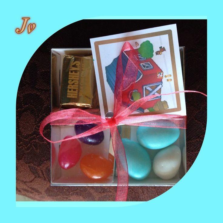 Tarjetas de invitación con ricos caramelos, almendras y chocolates...
