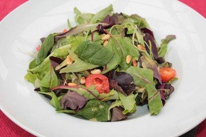Gemischter Salat mit Parmesan und Himbeervinaigrette
