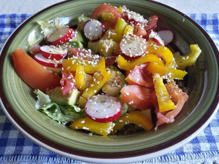 Lattuga, avocado, peperone giallo, pomodoro, ravanelli, origano, semi di sesamo, olio evo e aceto balsamico