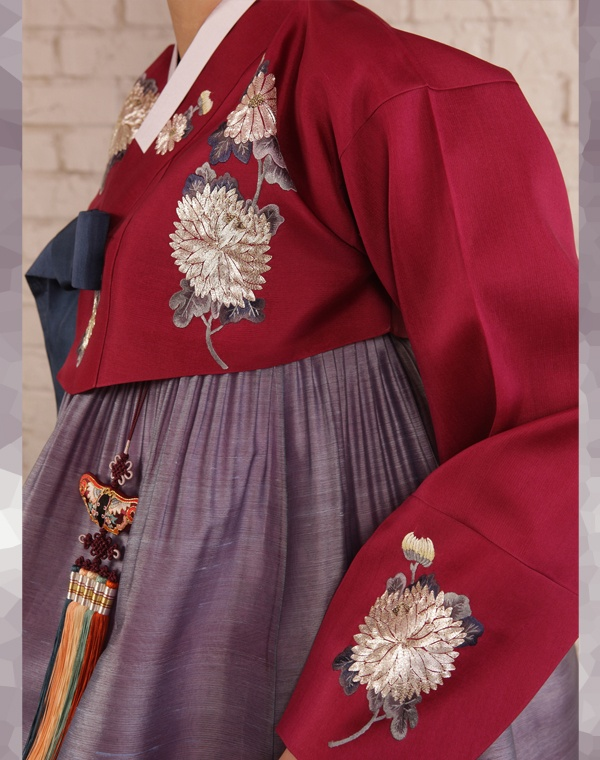 #Hanbok : The Art of Korean Clothing with beautiful embroidery. I love these colors together. So unexpected and beautiful.