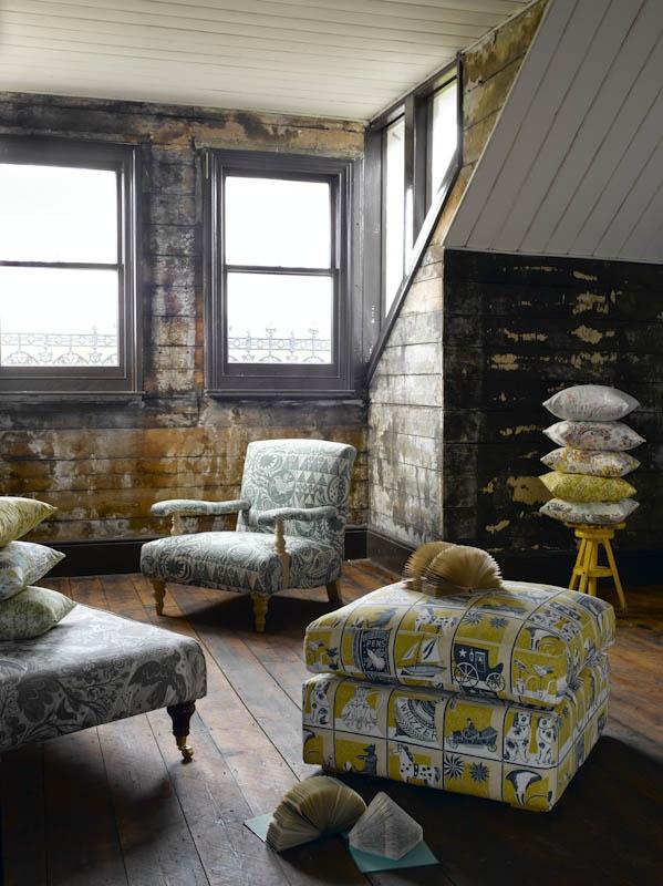 kilkenny fauteuil in st judes in bird garden en de ottoman voetenbank in de stof doveflight