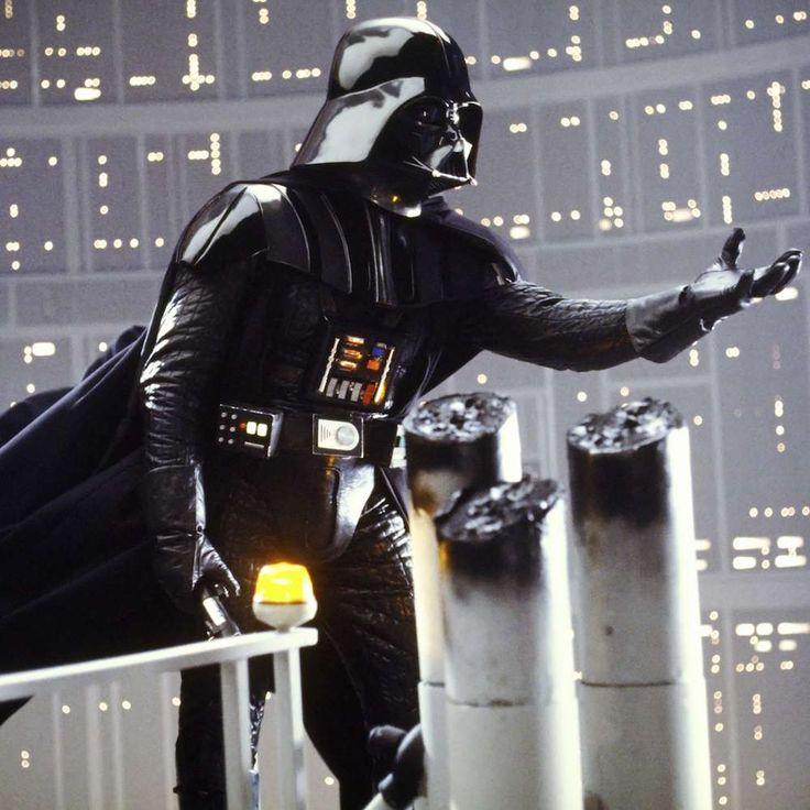 """Durante la grabación del episodio V de """"La guerra de las galaxias"""", la identidad de Darth Vader era un secreto tan bien guardado que ni siquiera el actor que lo interpretaba sabía de quién era el padre. La frase en el guion decía """"Obi-Wan Kenobi mató a tu padre"""", y hasta la posproducción no fue doblada por el actor James E. Jones diciendo la famosa frase de: """"No…"""". Vale, ¡no contaré cómo sigue! #DarthVader #spoilers #starwars…"""