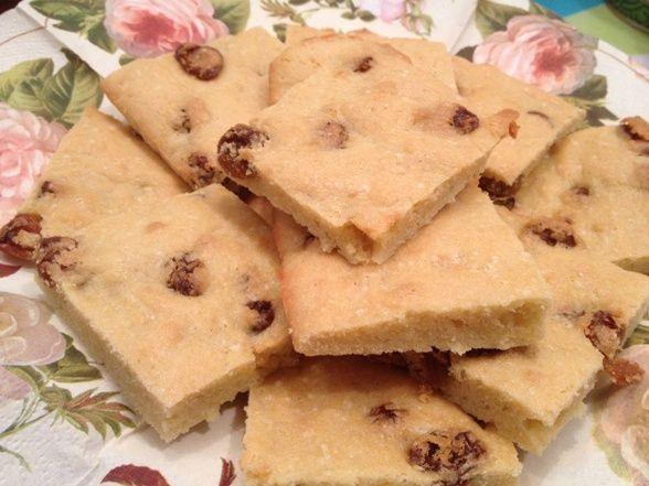 Гости на пороге, а к чаю ничего нет? Отлучитесь на 10 минут, этого времени Вам хватит, чтобы всё подготовить и поставить в духовку печенье с изюмом.