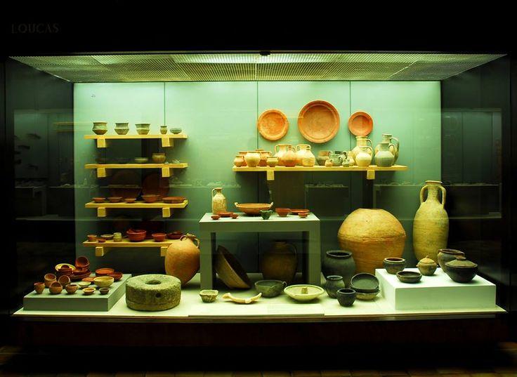 """As cerâmicas romanas mais antigas aqui descobertas, chamadas """"terra sigillata"""" foram produzidas em Itália. Conimbriga passa depois a abastecer-se na Gália do Sul e depois nas oficinas hispânicas de Tritium Magallum (Trício). A partir de meados do século III, o grande centro abastecedor das louças de mesa de luxo, situa-se no norte de África. Com estas cerâmicas de qualidade são também importados os vasos de """"paredes finas"""", vasos de beber populares antes da generalização do vidro."""