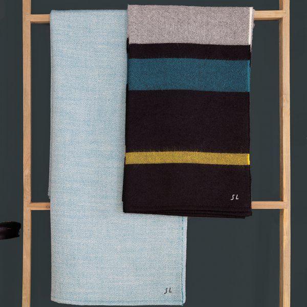 """Des plaids discrets. Un hiver sans plaid ? Impossible. Le plaid s'impose donc dans ces nouveautés comme un incontournable. Il se fond dans le décor, s'imprègne des caractéristiques de la maison, lignes élégantes et couleurs profondes. Intemporel, on l'imagine bien continuer à habiller un accoudoir de canapé même l'été venu. Plaid """"Fuji"""""""