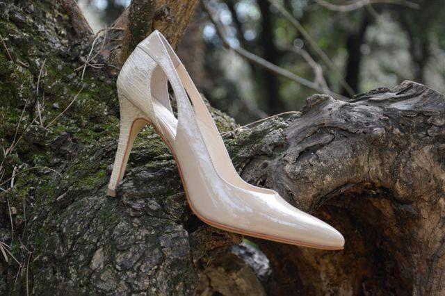 NATURAL ELEGANCE!  Πολυ στυλατη γοβα σε χρωμα της ζεστης αμμου και ιδιατερα κομψο ανοιγμα στη φτερνα. (Σχεδιο: FT-1877)  Stylish summer high-heel shoe in natural sand colour with exquisite detailing at the back in lizard-type leather. (Article: FT-1877)